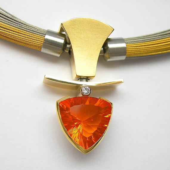 Collier aus Gelbgold mit Feueropal und Brillant mit AURUM Flextechnik