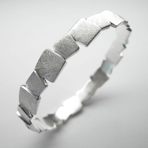 Armreif aus Silber im Würfeldesign