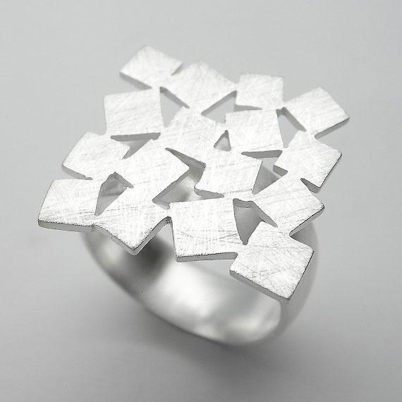 Schmuckring aus Silber im Würfeldesign