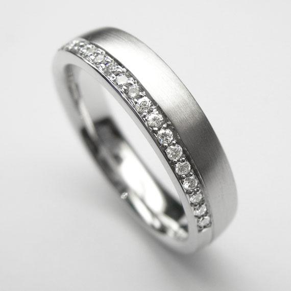 Weißgold-Ring mit 24 Brillanten, seidenmatt - poliert